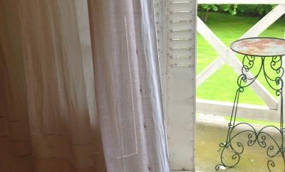 un souffle de vent dans cet ancien drap devenu rideau