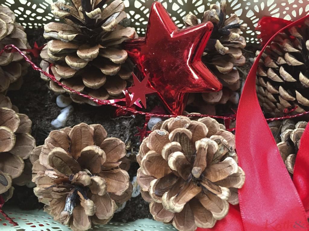 pommes de pin et boules de Noel