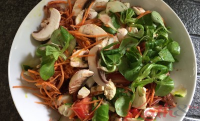salade aux crudités, au poulet et au lard fumé
