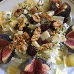Salade d'endive, figues, roquefort, cranberries et noix