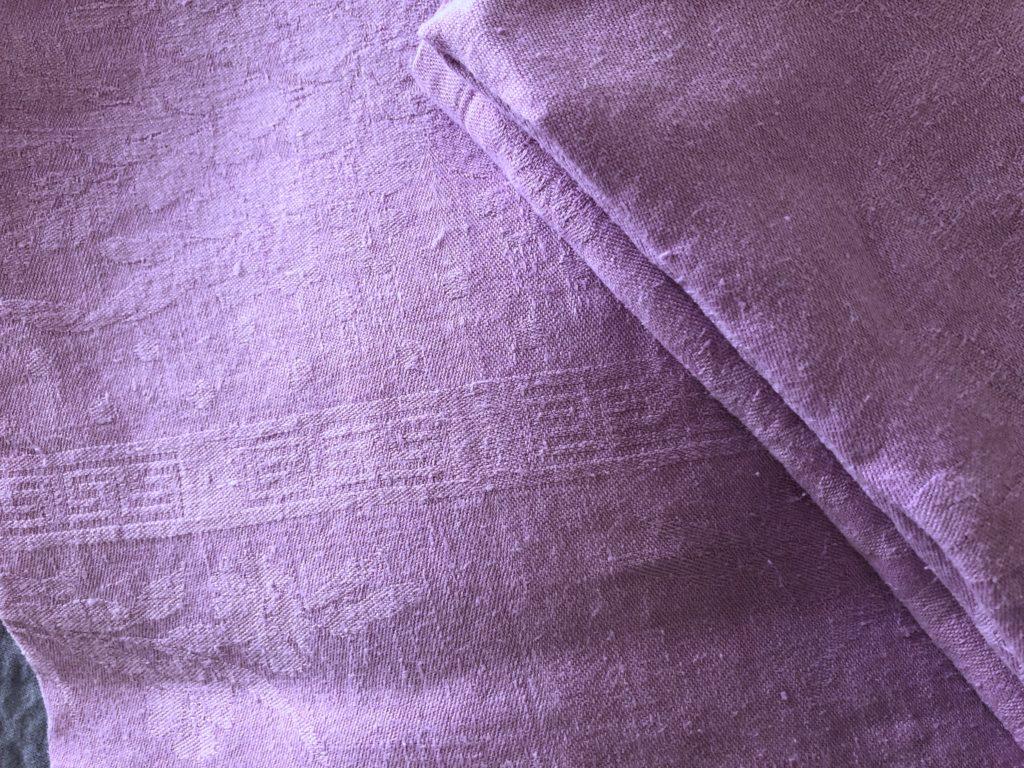 Serviette damassée teinte en lilas