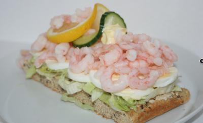 räksmörgås ou tartine aux crevettes
