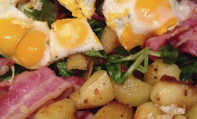 Salade lard, oeufs de caille et pommes de terre sautées